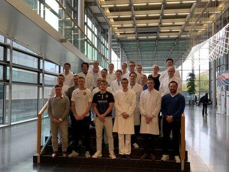 Das Team von Universitätsklinikum Frankfurt und FSV Frankfurt – noch bartlos – zum Start der Movember-Aktion